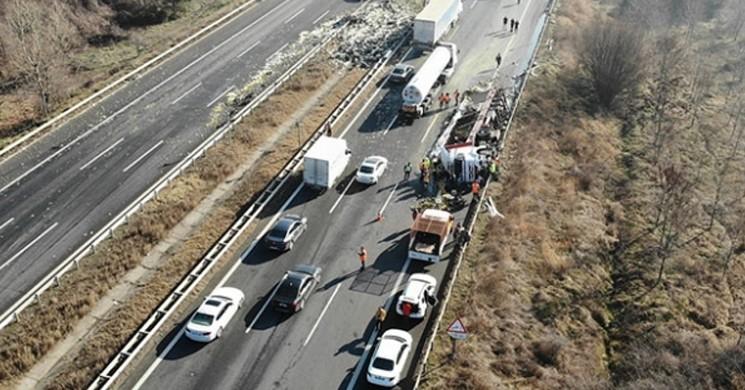 Anadolu Otoyolu'nda Devrilen Tır Trafiği Felç Etti!