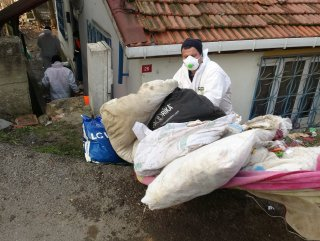 İstanbul'da bir gecekondudan 20 ton çöp çıkarıldı