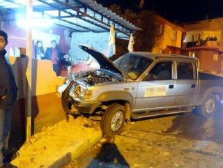 Manisa'da ehliyetsiz sürücü evin duvarına çarptı