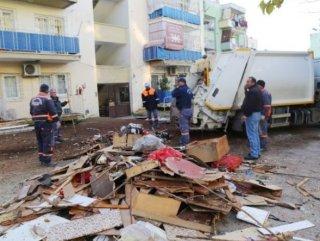 Mersin'de evden 10 ton çöp çıkarıldı