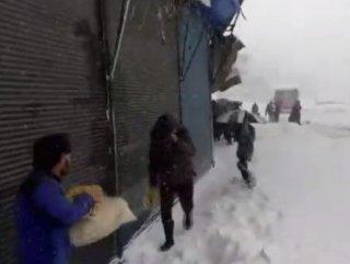 İran'da yoğun kar yağışı 8 can aldı