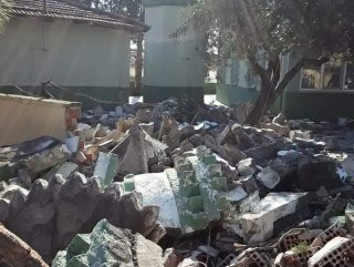 Manisa'da depremde hasar gören cami minaresi yıkıldı
