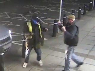 Parasını çalmaya çalışan hırsızı dövdü