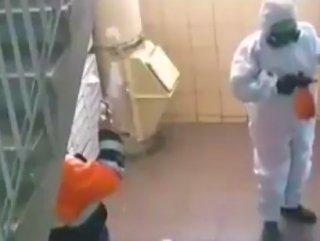 Rusya'da 'dezenfekte ediyormuş gibi' yapan görevliler