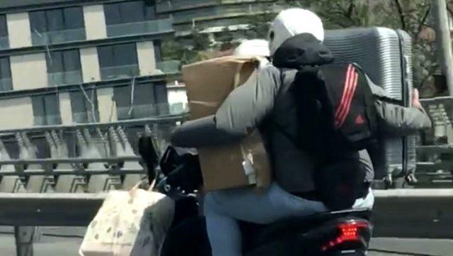 Ortaköy viyadüğünde motosikletteki yolcu, bir eliyle valiz diğer eliyle kutu taşıdı