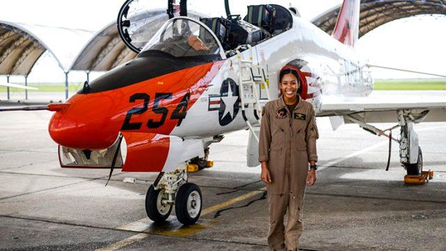 ABD'de 110 yıl sonra ilk defa bir siyahi kadın savaş uçağı pilotu oldu