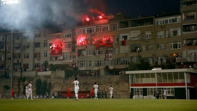 Karagümrük taraftarları, evlerinin balkonlarında meşale yakarak takımlarını destekledi