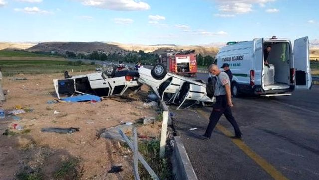 Kayseri'de iki otomobil kafa kafaya çarpıştı: 1 ölü, 9 yaralı