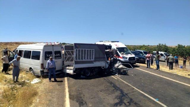 Şanlıurfa'da yolcu minibüsü ile kamyonet çarpıştı: 2'si ağır 15 kişi yaralandı